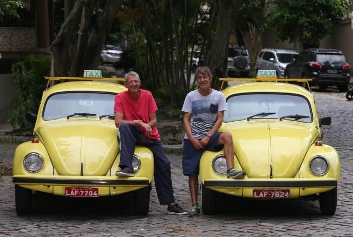 Os primos Marcos (E) e Rodolfo posam orgulhosos com suas 'relíquias'
