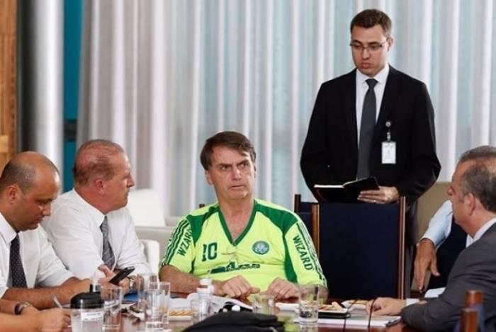 Bolsonaro aparece usando camisa falsificada do Palmeiras