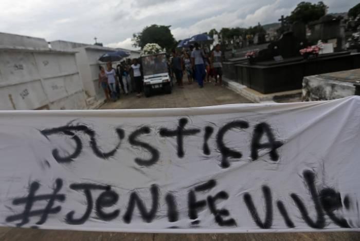 Pedido de justiça: familiares protestam durante enterro de menina morta em Triagem
