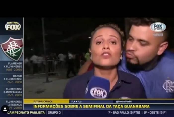 Torcedor tenta beijar a repórter Karine Alves