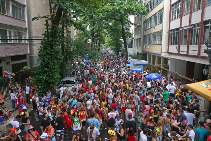 Cerca de duas mil pessoas se divertiram, na tarde deste sábado, ao som do bloco Imprensa Que Eu Gamo