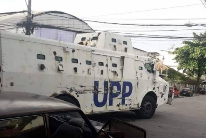 Caveirão da UPP durante operação na Vila Cruzeiro