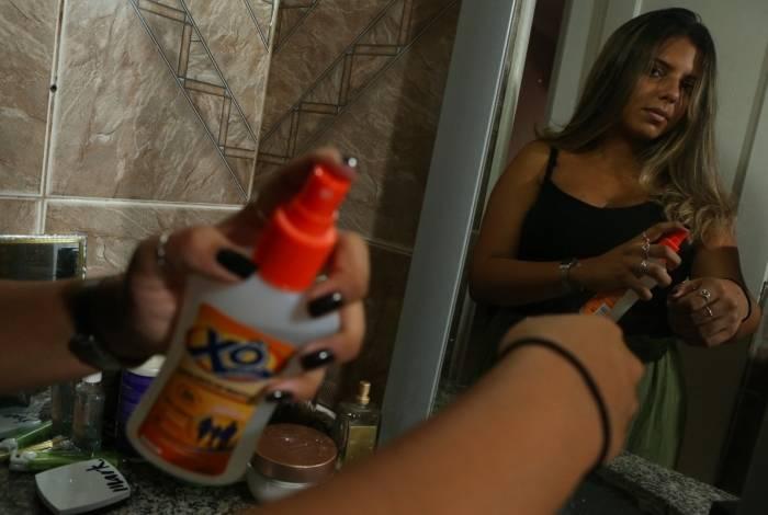 Em casa ou na rua, Karina Aranda não dispensa o uso de repelentes para evitar picadas do Aedes Aegypti, transmissor da dengue, chikungunya, zica e febre amarela