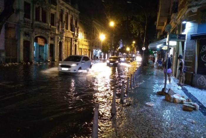 Chuva alagou ruas no Rio neste domingo: na foto, alagamento na Avenida Mem de Sá, na Lapa