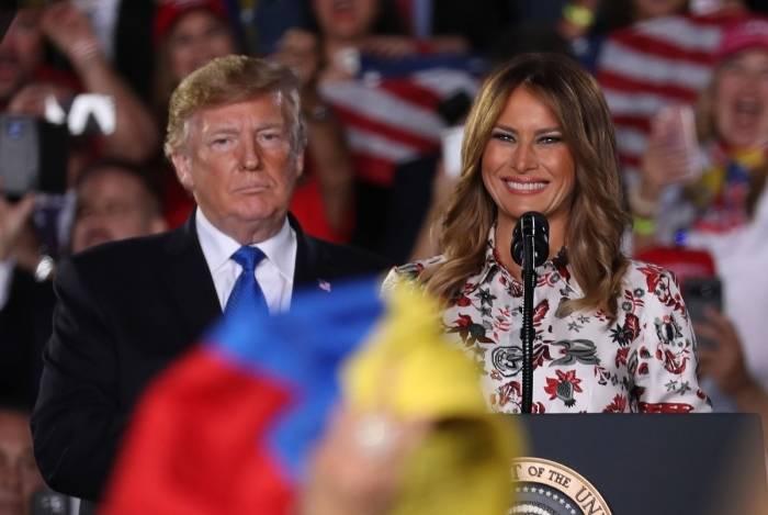 Trump com a primeira-dama Melania fala a venezuelanos em Miami