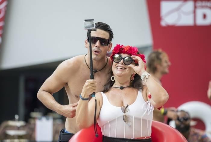 Maycon e Tereza fazem selfie; à esq., Rodrigo