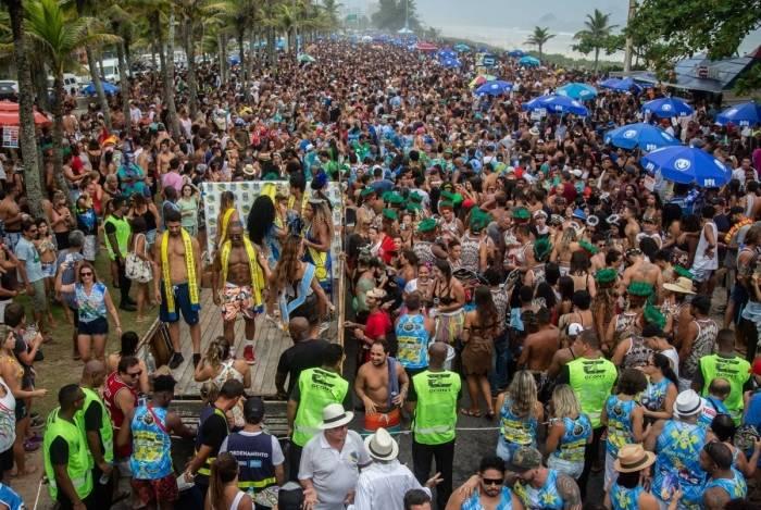 Pré-carnaval reúne 90 mil foliões no primeiro fim de semana. Na foto, o bloco 'Amigos da Barra'