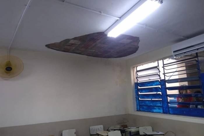 Teto de escola estadual cai e deixa 5 estudantes feridos