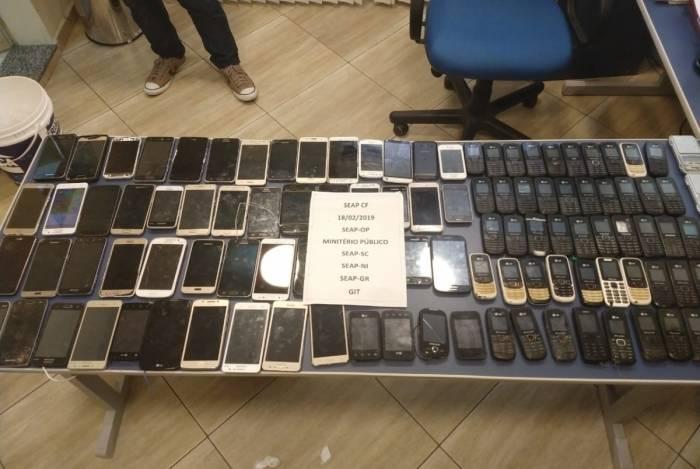 Mais de celulares foram apreendidos no presídio Carlos Tinoco da Fonseca, em Campos