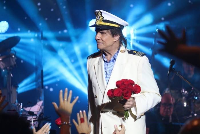 Roberto Carlos joga Rosas para o publico em seu navio e as famosas mostras as rosas que conseguiram receber do Rei. Rogerio Fidalgo/AgNews
