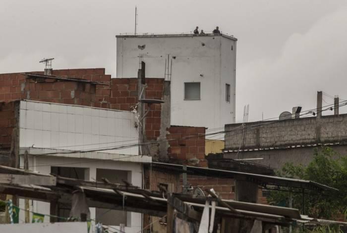 Moradores relatam que policiais atiraram de torre na Cidade da Polícia