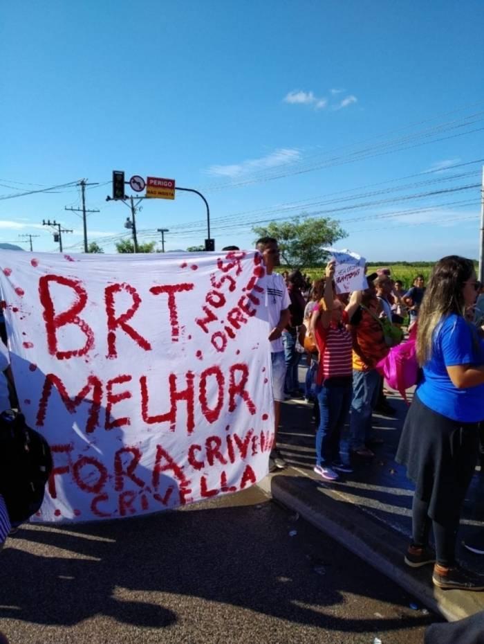 Manifestação pelo aumento da tarifa dos ônibus interdita parte de avenida Dom João VI, em Guaratiba, na altura do BRT Mato Alto.