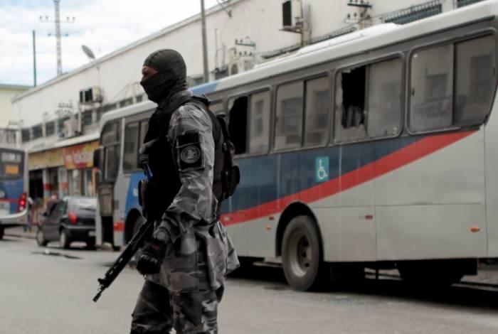 Ônibus foi incendiado na Penha, próximo a uma operação que a PM fazia na região
