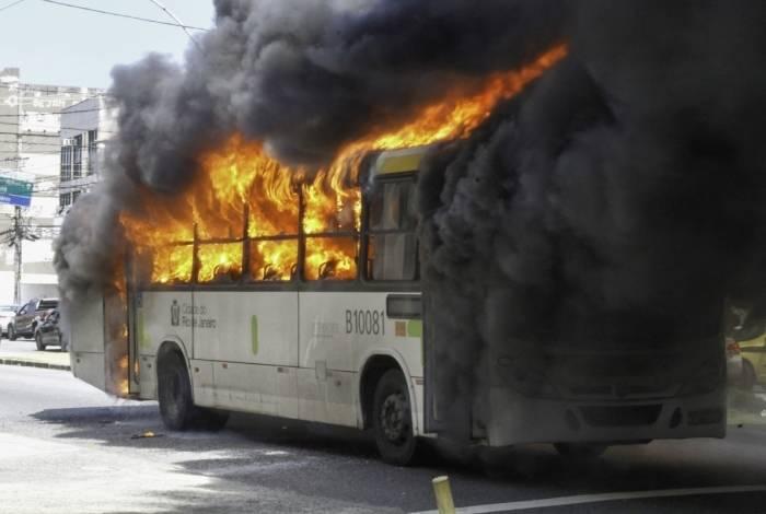 Ônibus pega fogo na Estrada do Galeão, no Cacuia, na Ilha do Governador