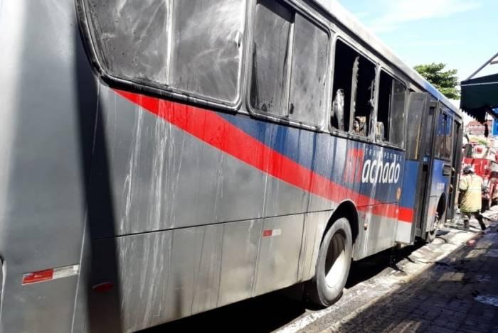 Ônibus é incendiado na Penha, nesta terça-feira.