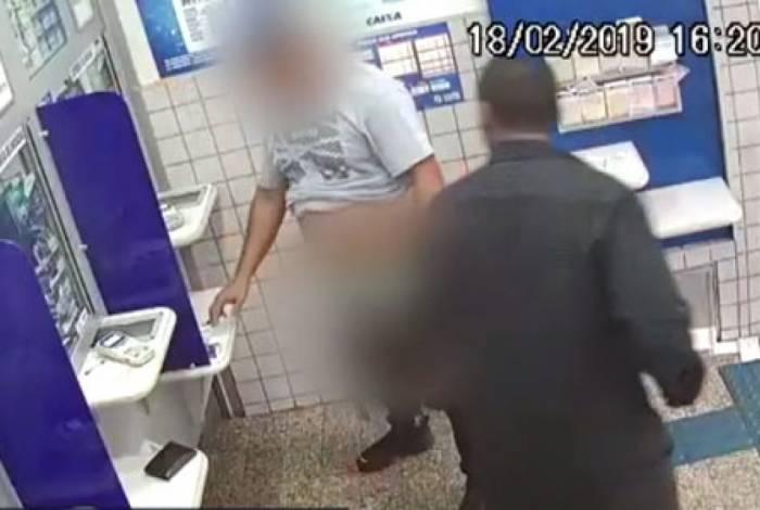 Vítima foi roubada e ainda passou por constrangimento em público