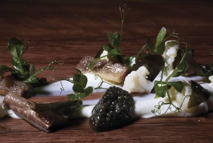 Prato com couve flor, algas e caviar do restaurante Riff, investigado após morte de cliente