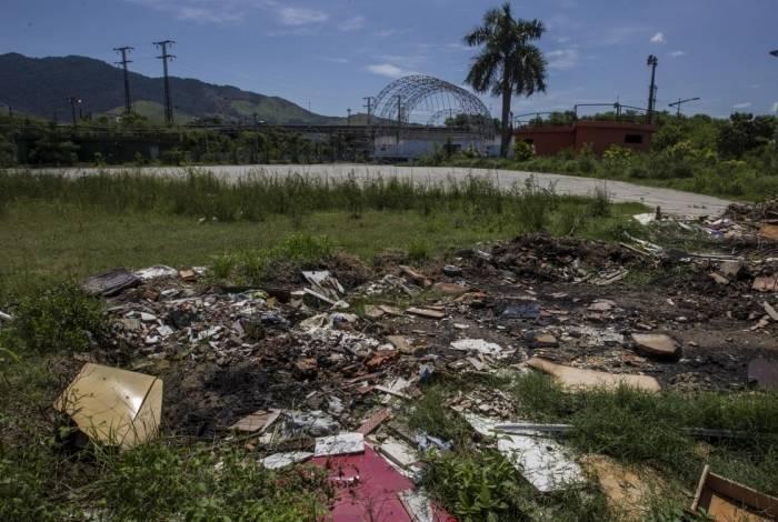 Lixo e mato: o Centro Municipal de Eventos virou risco para segurança dos moradores da região