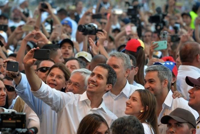 Líder opositor Venezuelano, Juan Guaidó, tira foto com esposa Fabiana Rosales, presidente chileno Sebastian Pinera, presidente colombiano Ivan Duque e presidente paraguaio Mario Abdo Benitez durante o show Live Aid Venezuela na cidade de Cúcuta, na Colombia