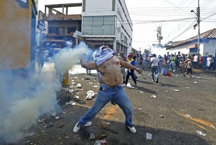 e2b16421e5 Manifestantes atearam fogo em dois ônibus venezuelanos
