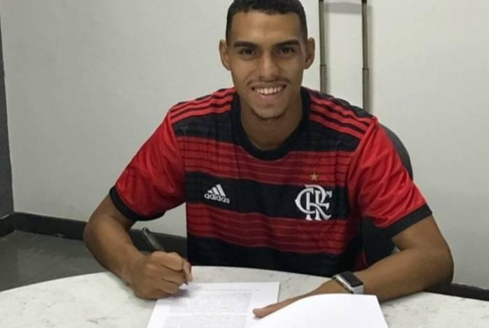 Matheusinho assina com o Flamengo