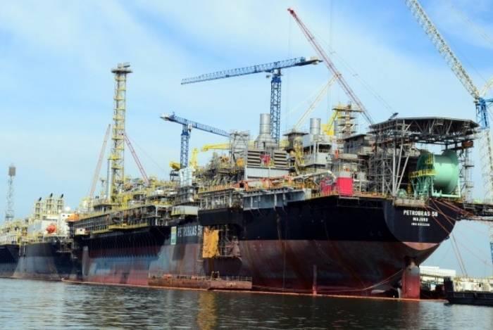 Rompimento de mangote ocorreu de madrugada, durante a transferência de óleo para um navio, causando o vazamento