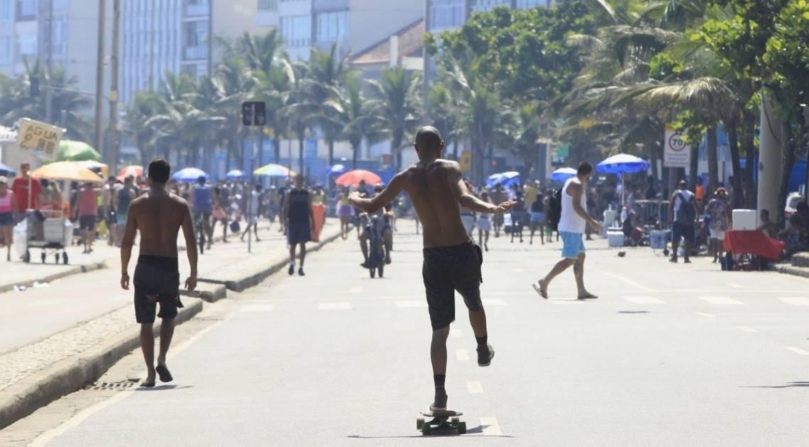 Cariocas e turistas se divertiram na orla da Zona Sul neste domingo