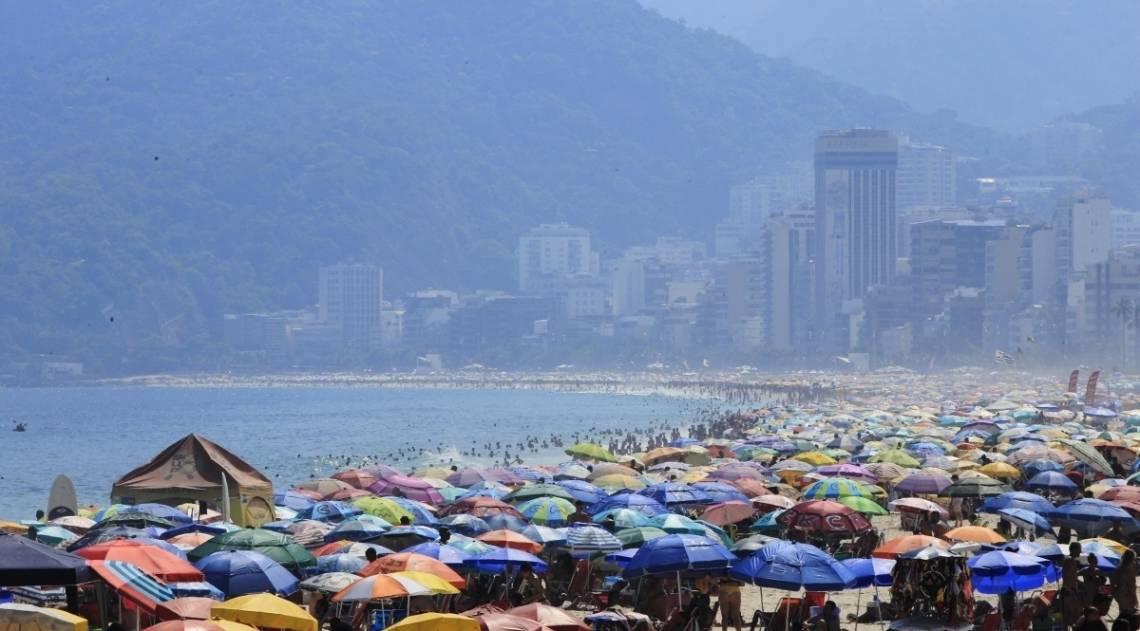 Domingo de céu azul e praias lotadas no Rio
