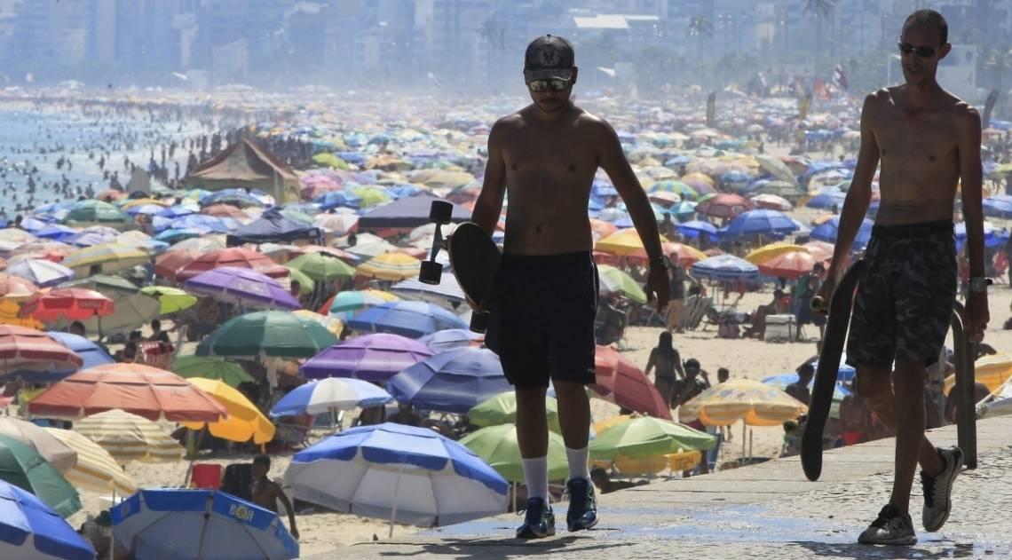 Alheios ao incidente, milhares de banhistas lotaram as praias do Rio neste domingo