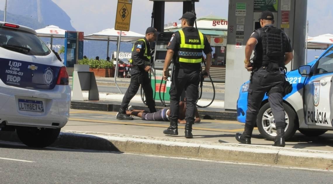 Policiais militares conseguiram prender o bandido, após este assaltar um turista