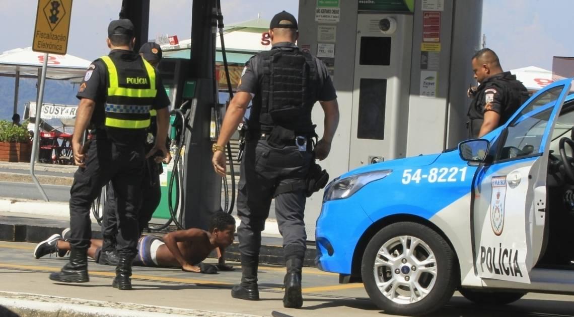 O domingo foi de sol, lazer e tensão nas praias da Zona Sul. Um homem foi preso no Posto 6, em em Copacabana, depois de ter assaltado um turista