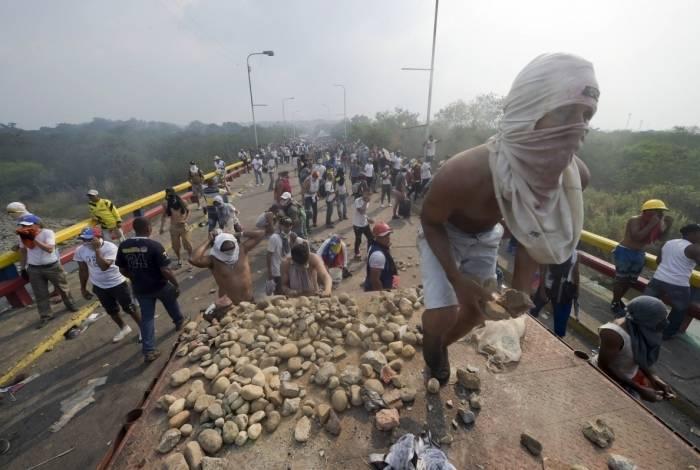 Manifestantes e militares venezuelanos voltaram a entrar em conflito
