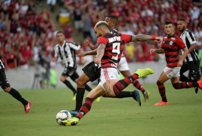 Gabigol solta a bomba de canhota para marcar seu primeiro gol com a camisa do Flamengo