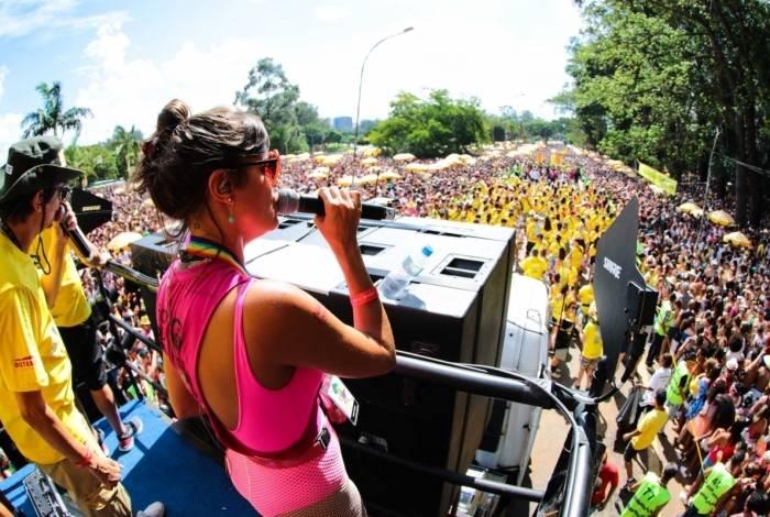 Foliões se divertem no bloco de carnaval Monobloco, no Parque do Ibirapuera, Zona Sul de São Paulo, na tarde deste domingo