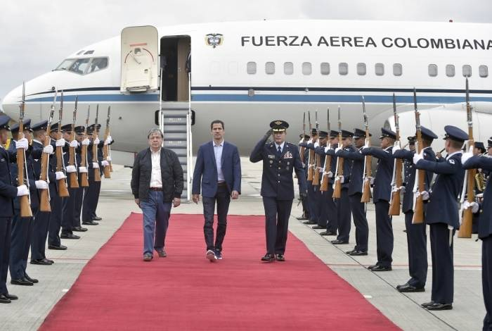 db34642c90 Líder da oposição venezuelana Juan Guaidó ao lado do ministro das Relações  Exteriores da Colômbia