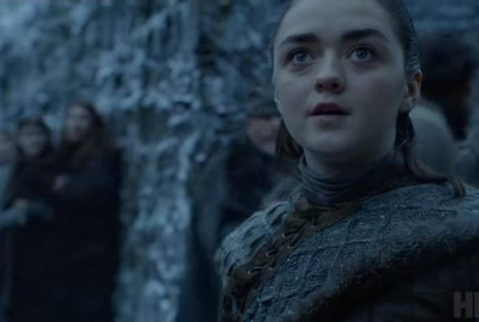 Arya fica maravilhada ao ver um dragão pela primeira vez