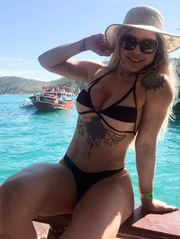 Verônica Costa sensualiza em passeio de barco