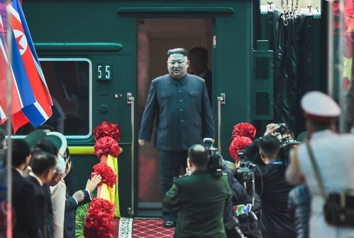 Líder norte-coreano, Kim Jong-un chega à estação de trem Dong Dang para cúpula com Estados Unidos