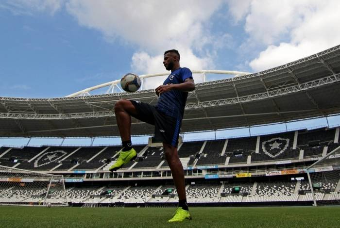 Alex Santana domina a bola em treino: o volante é o artilheiro do Botafogo na temporada, com nove gols