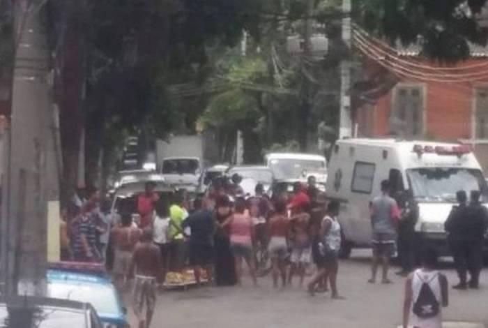 Moradores da comunidade do Salgueiro, na Tijuca, fazem protesto em um dos acessos à favela
