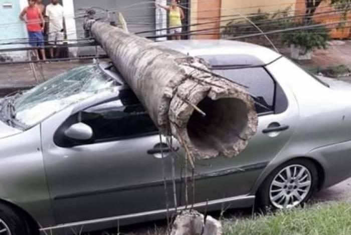 Poste cai em cima de carro em Irajá