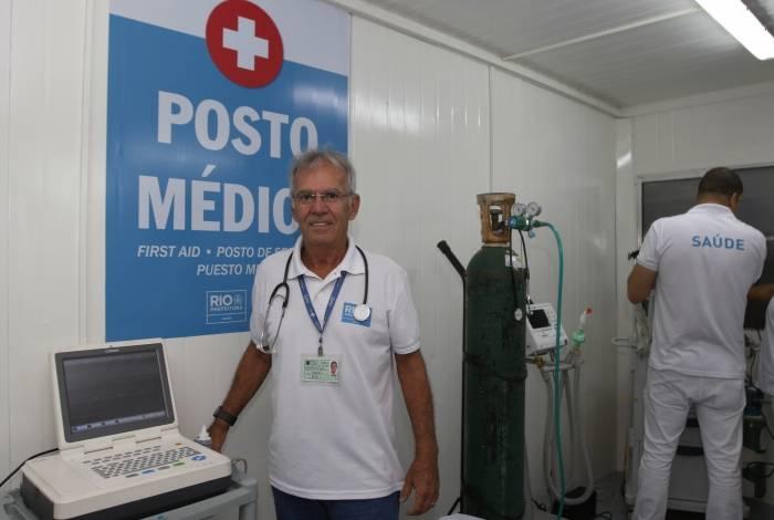 O médico veterano Hugo Baptista, 70 anos, leva seu conhecimento aos profissionais que estão chegando