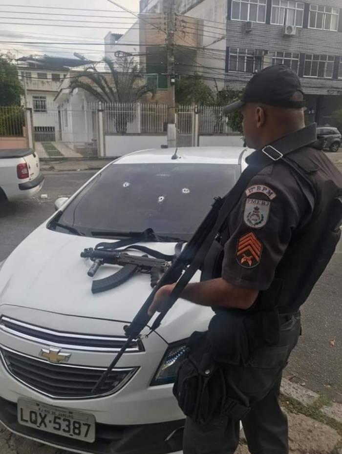 O carro usado pelos suspeitos e um fuzil foram apreendidos pelo 17ºBPM