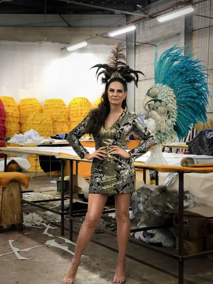 Luiza Brunet no ateliê de costura da Portela