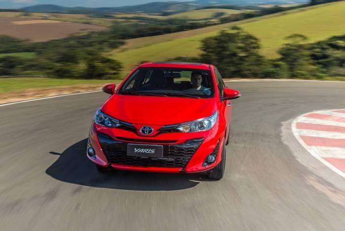 O painel do Toyota Yaris tem plástico texturizado que imita couro. Modelo só leva quatro passageiros com conforto