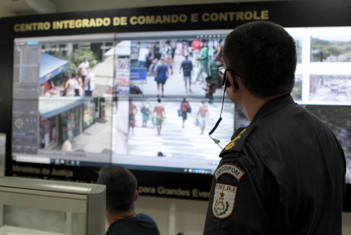Policial acompanha imagens das câmeras em ruas de Copacabana