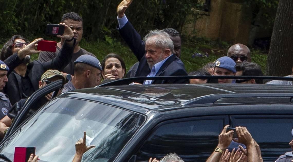 O ex-presidente Lula cumprimenta partidários no cemitério onde o neto foi cremado