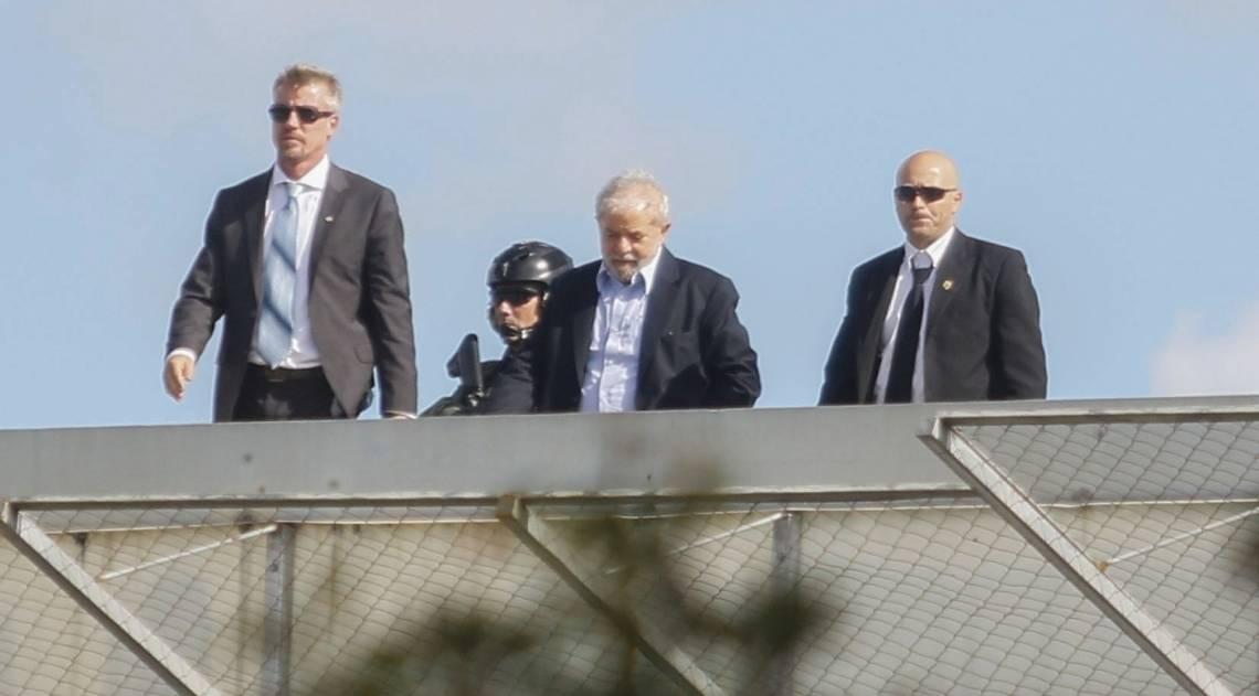 Lula chega à sede da PF em Curitiba, onde está preso, após o enterro