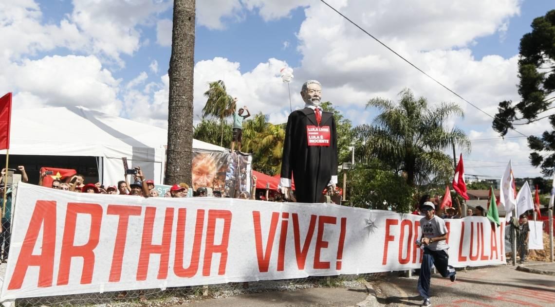Admiradores de Lula colocaram faixa e um boneco do ex-presidente, perto da PF em Curitiba, numa demonstração de apoio