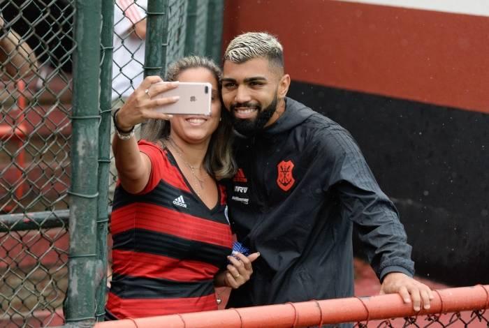 Gabigol posa para a foto ao lado de uma torcedora, na Gávea